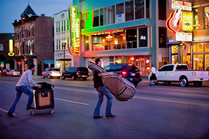 在田纳西纳许维尔,不论是白天晚上都有不间断的音乐活动。有些乐手一个晚上就要跑好几场表演。 PHOTOGRAPH BY WILL VAN OVERBEEK, NA