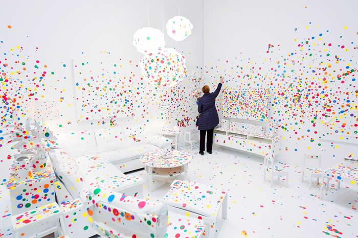 草间弥生近期的展览以作品「无限镜屋」为名,但是她的另一个作品:「消融室」也吸引了无数的参观人潮。 PHOTOGRAPH BY THE WASHINGTON PO