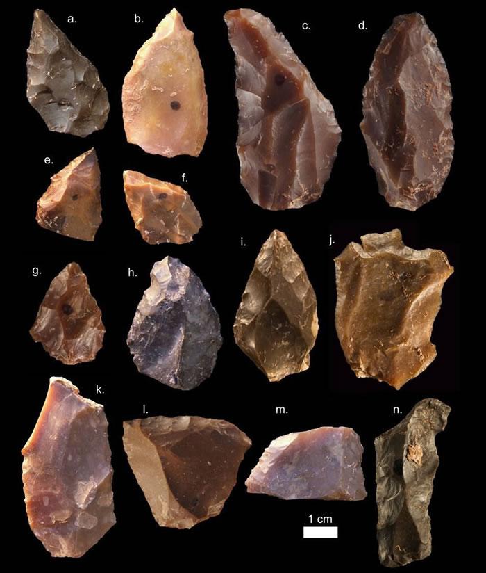 这些中石器时代的工具包括颗粒状、柱状和片状等多种形态,它们出土于Jebel Irhoud发掘现场的第六和第七挖掘层。另外,所发现的智人化石中,除了一颗牙齿,其余