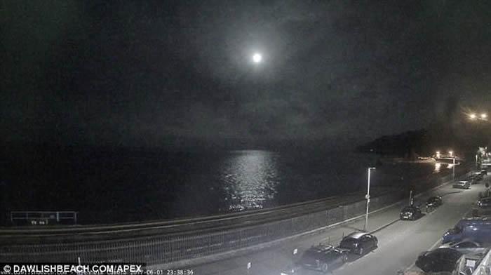 英伦海峡夜空现火球 英国皇家天文学会专家认为是火流星