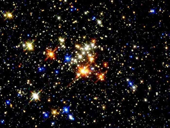 五合星团:这张影像是由哈伯太空望远镜所拍摄的,这是目前为止最清楚的五合星团影像。这个星团聚集了大量的年轻恒星,距离地球有2万5000光年,但距离银河系中心只有一