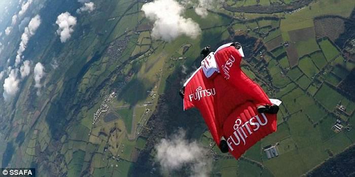 英国蝙蝠装滑翔运动男子Fraser Corsan3.5万呎高空跃下 时速401公里破吉尼斯世界纪录