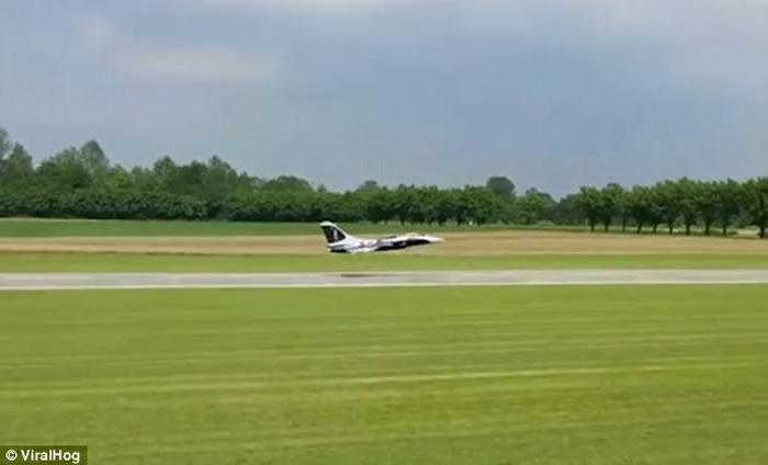 意大利价值2.7万英磅双引擎旋翼战斗喷射模型机起飞360度旋转后焚毁