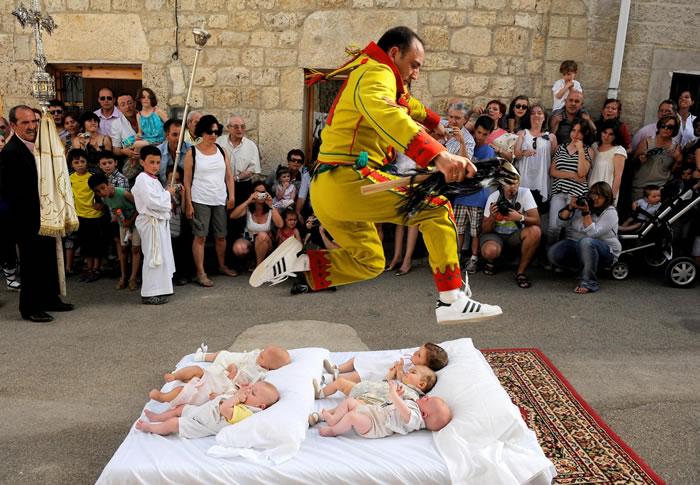 西班牙怪异的跳婴儿节