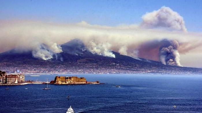 维苏威火山附近冒出大量浓烟及灰烬。