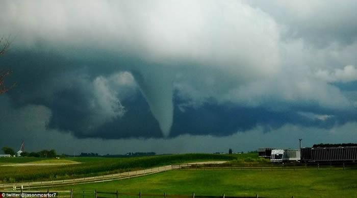 美国艾奥瓦州小镇康罗伊受到龙卷风正面侵袭