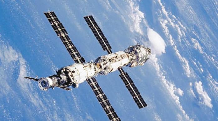 """""""鹳""""7号在离开国际空间站(图)一段距离后,将与密封舱分离。"""