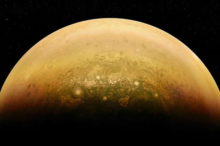 公民科学家亚力士.迈(Alex Mai)用朱诺号的原始资料,创造出这幅被阳光照亮的木星影像。 PHOTOGRAPH BY NASA