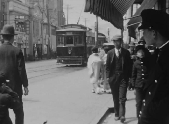 从影片中,能够清楚了解当时人们的表情与服装。