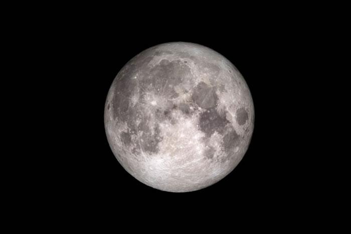 过去科学家曾经认为月球上完全没有水,但近年的研究证明这是错的。 PHOTOGRAPH BY NASA