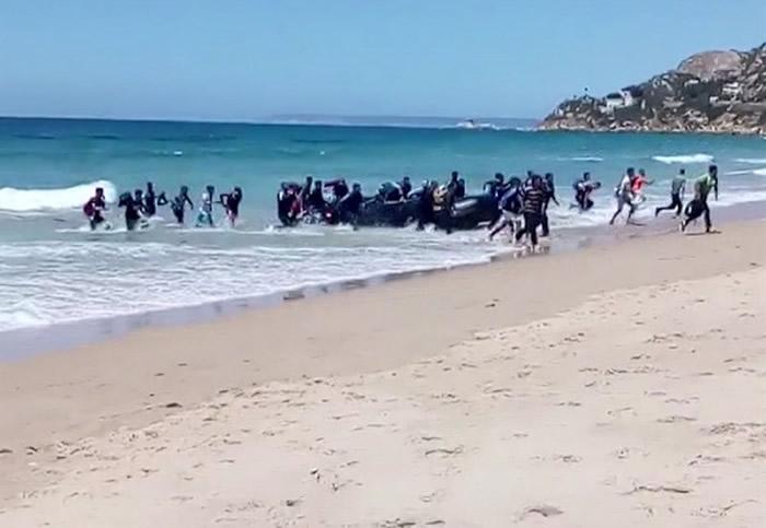 北非难民乘坐橡皮艇抢滩登陆西班牙南部 游客目瞪口呆