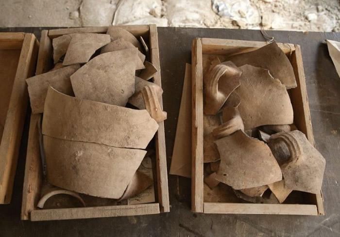 出土文物中有不少陶瓷制品。