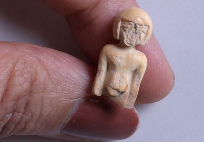 出土文物包括一个小雕像。