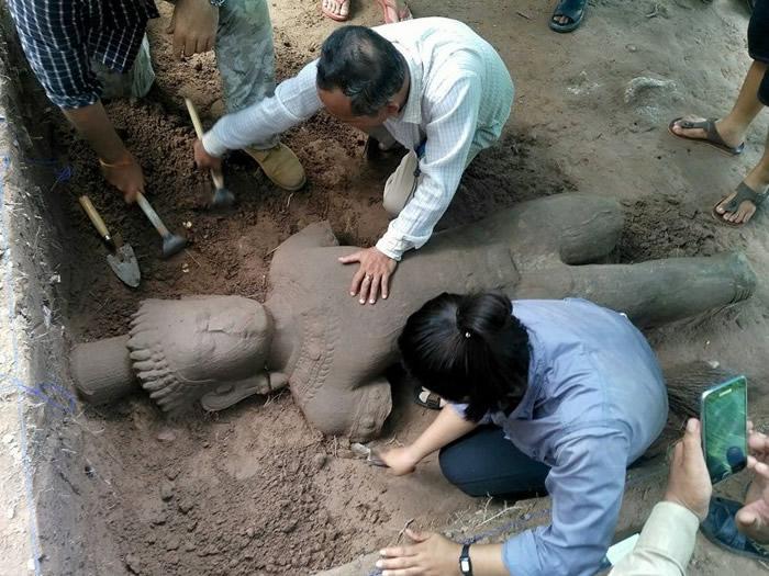 雕像的手和脚部皆有损毁,但身体及头部则完整保留下来。