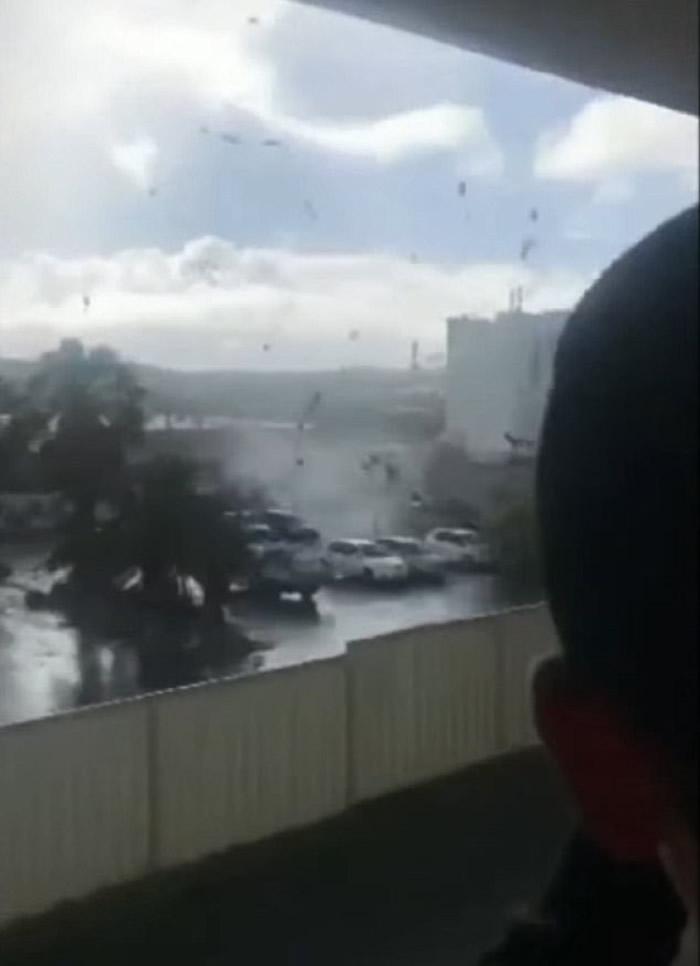 澳洲珀斯出现威力惊人的水龙卷 横扫近郊市区触目惊心
