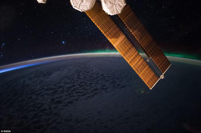 美国宇航员在国际空间站拍摄北极光 称配卷饼最美味