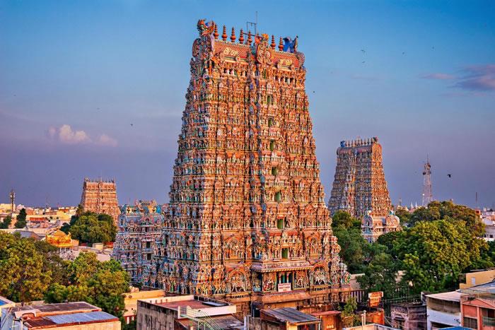 逾千座彩色石雕像覆盖的米纳克希安曼神庙是印度少数供奉女性神祇的宗教纪念性建筑之一。 PHOTOGRAPH BY PORAS CHAUDHARY, THE NEW