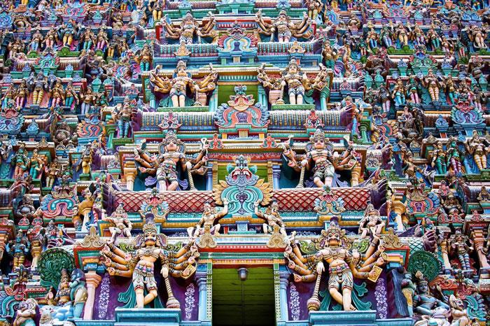栩栩如生的动物、神佛、妖魔雕像,每12年重新上漆修缮一次。 PHOTOGRAPH BY DBIMAGES/ALAMY STOCK PHOTO
