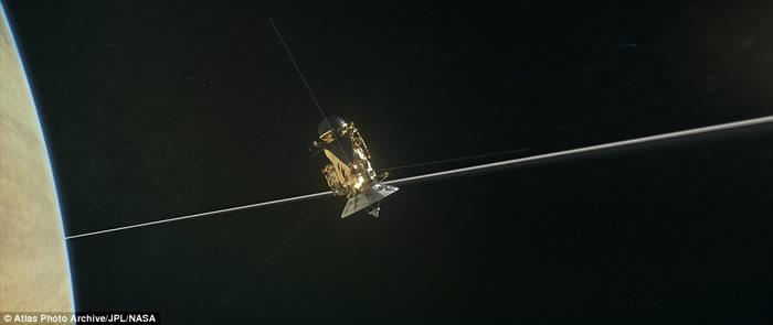"""美国NASA无人土星探测船""""卡西尼号""""飞过土星大气层 近距离收集气体"""