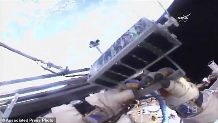 国际空间站俄罗斯宇航员太空漫步时释放全球首枚3-D打印人造卫星