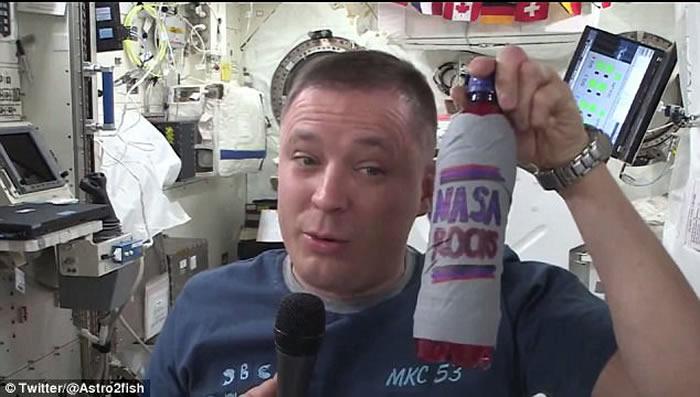 美国宇航员Jacj Fischer在国际空间站做实验 拍片记录自己饮杂果宾治过程