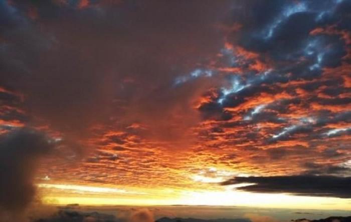 """四川雅安市有网民日前拍到二郎山""""火烧云""""日出景象。"""