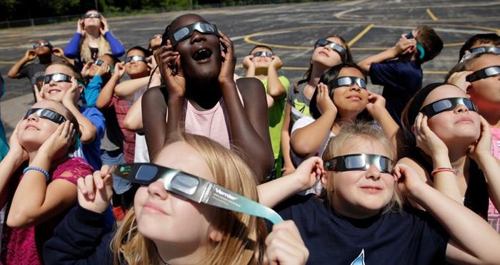 """小学特意为学生进行观赏""""演习""""。"""