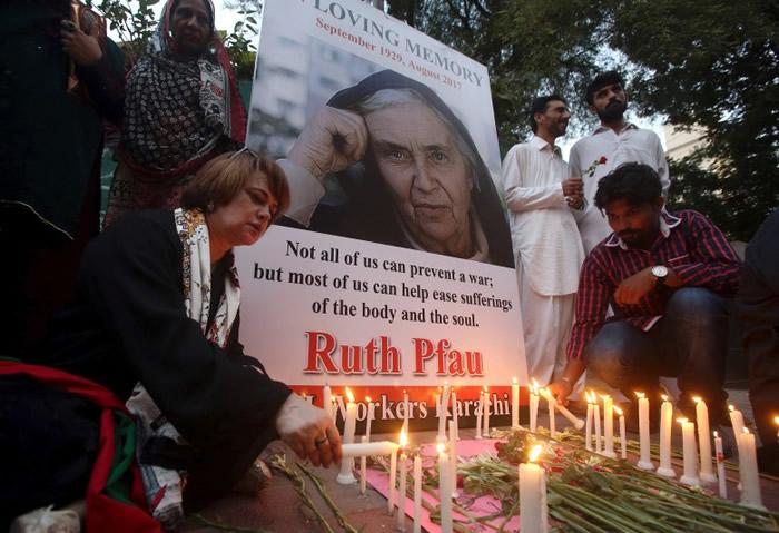 民众点洋烛悼念普福修女。