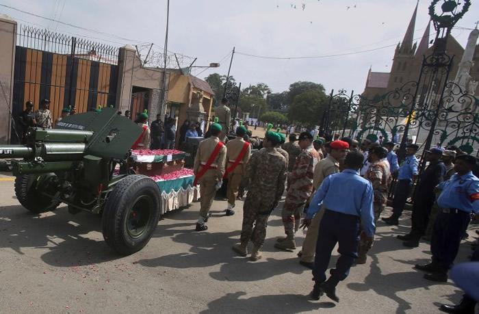 军人护送灵车往教堂。