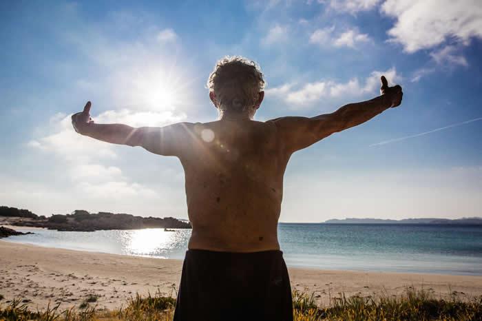 莫兰迪早上会在海滩上练太极,接收太阳光、吸进咸咸的空气。