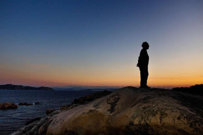 莫兰迪站在落日余晖中的倒影,这也是他一天最喜欢的时刻,因为整个世界变得安静了起来。 「我们觉得自己是超级人类、神圣般的存在,但我觉得我们真的算不了什么」他说:「