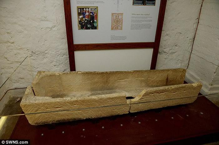 英国埃塞克斯郡普里特威尔修道院博物馆 父母抱小孩进800年历史石棺拍照导致文物损坏