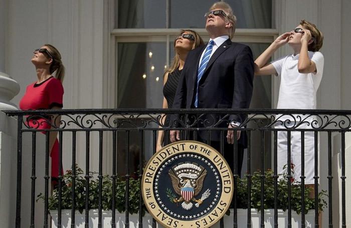 特朗普偕妻儿在白宫一同目睹难得一见的天文奇观