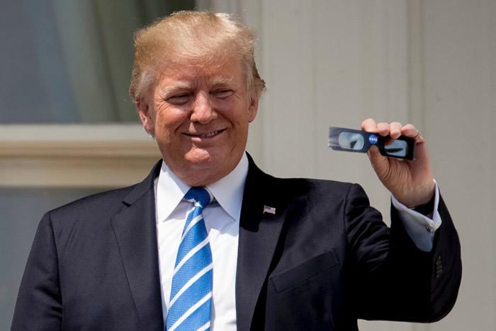 特朗普手持太空总署发给的保护眼镜。