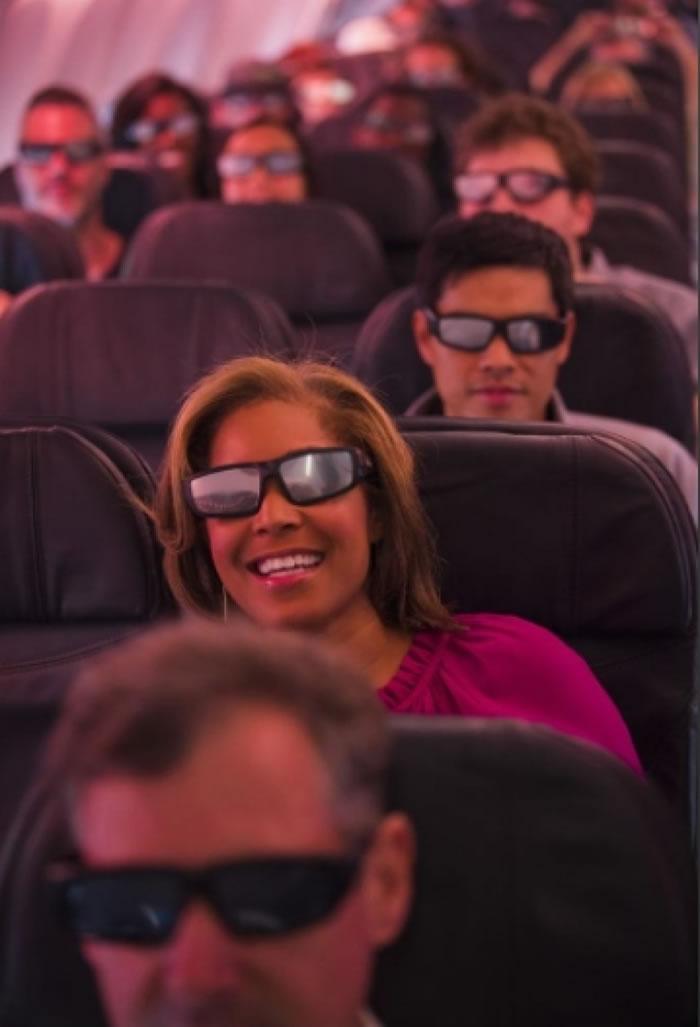 包机上的乘客表现兴奋。