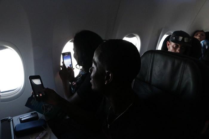 机上的乘客拿出手机拍下奇景。