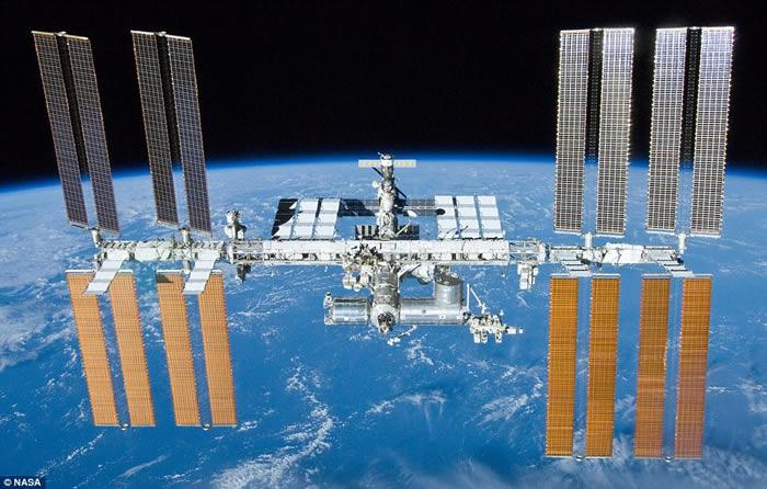 极珍贵片段:国际空间站在日偏食旁经过