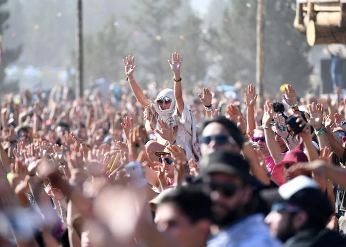 有民众参与美国原住民的宗教仪式,伸手向天祈祷。