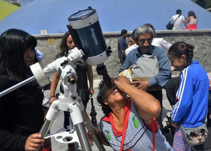 墨西哥籍游客一尝用特别望远镜观看日全食的滋味。