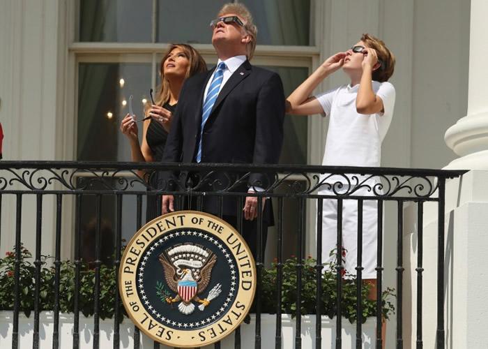 特朗普与第一夫人梅拉妮亚和儿子巴伦,在白宫观赏奇景。