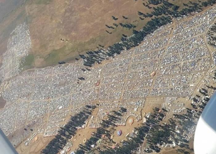 空地上逼满人。