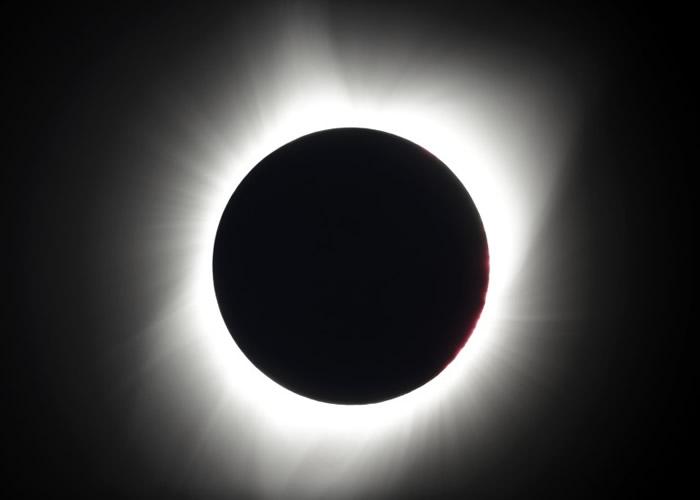 太阳完全被月影遮盖。
