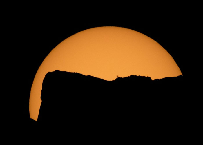 民众在西岸华盛顿州Jack Mountain上观看奇景。