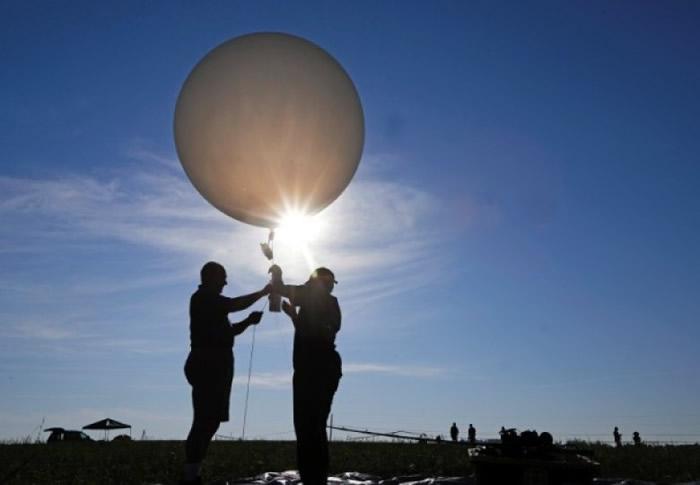 科学家以气球收集日全食数据。