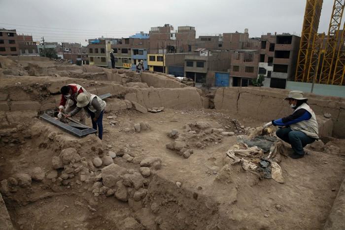 考古学家在小心处理骸骨。