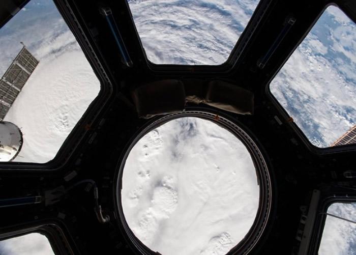 费希尔在国际空间站内拍摄。
