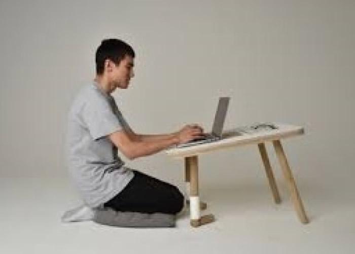 """英国设计师研发出""""前腿""""可以下跪的小桌子 方便绘图或用笔记本电脑工作"""