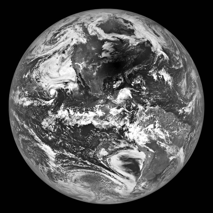 美国太空总署公布从月球的角度来看日全食发生时地球的样貌