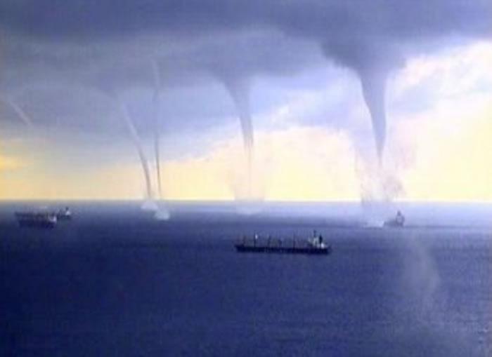 俄罗斯索契外海飞机从3个龙卷风之间飞越 场面十分惊险