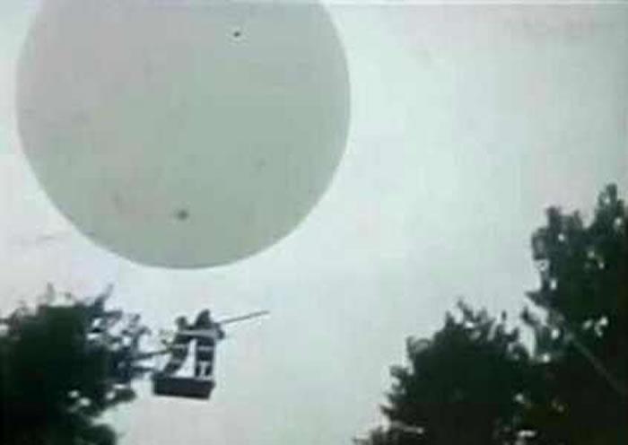 氢气球失控把人拉上